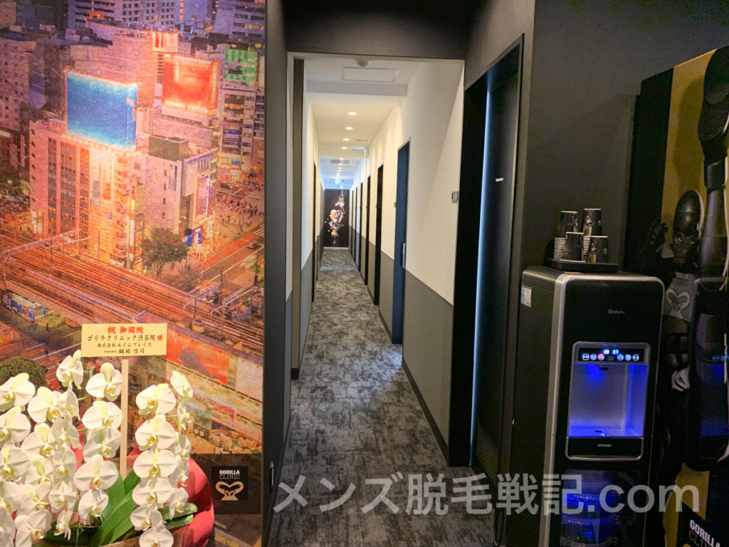施術室への広い廊下